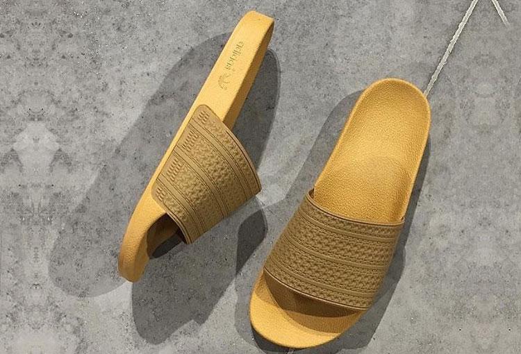 Adidas Yeezy Adilette Gold.