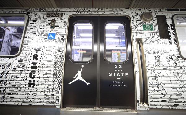 Metro de Chicago con publicidad acerca de la tienda días antes de abrir.